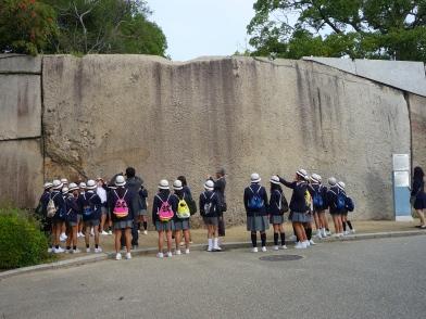 Bambini davanti all'immesa pietra